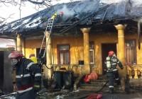 Incendiu la o casă de lângă sediul Poliției Municipale. Femeie imobilizată, salvată din flăcări