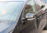 Un tânăr extrem de furios și-a bătut soția în plină stradă și a lovit mașinile celor care au sărit în ajutorul victimei
