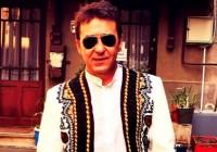 Un renumit artist se mândrește cu o haină tradițională făurită de un meșter gorjean