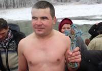 Secretul tânărului din Bălcești care de opt ani reușește să scoată crucea din apa înghețată a râului Gilort