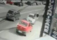VIDEO: Imagini înfiorătoare cu o tânără care este accidentată de o mașină. Fata este aruncată prin aer