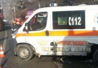 O ambulanţă a fost lovită de un autoturism condus de un gorjean; un pieton este grav rănit