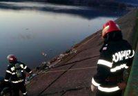 FOTO Cadavrul unui tânăr care a dispărut în urmă cu o lună a fost scos din lacul de acumulare din Tismana
