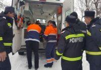 Ambulanță, rămasă înzăpezită pe un drum din Runcu. Pompierii au intervenit