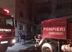 20 de persoane au fugit dintr-un bloc cuprins de incendiu din Târgu Cărbunești. Un adult și un copil au suferit intoxicații cu fum