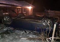 S-a răsturnat cu mașina în curtea unei case din Plopșoru. Șoferul era sub influența alcoolului