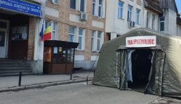 Corturi militare amplasate în fața spitalelor din Târgu Jiu